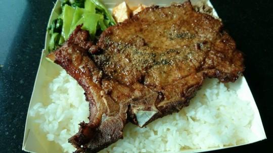 これぞ台湾のお弁当!高雄駅前の正忠排骨飯でまずは腹ごしらえ