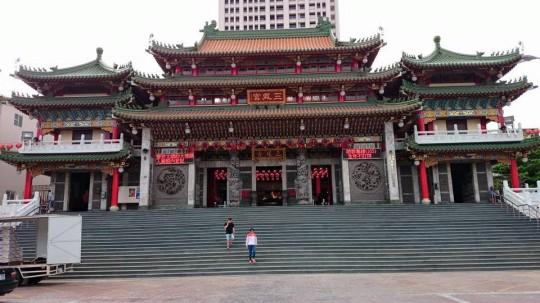 道に迷っていたら高雄の三鳳宮(さんほうぐう)という有名なお寺にたどり着いた