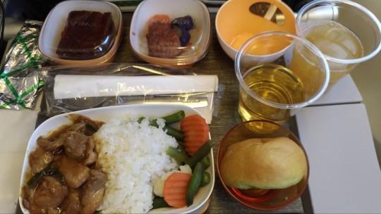 往路の機内食。鶏肉の炒め物。