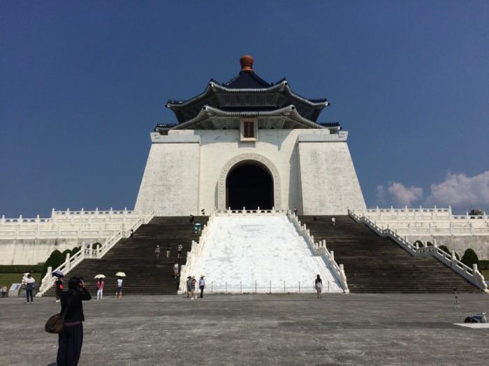 台湾おすすめ歴史観光スポット!無料で歩ける足つぼロードが有名な『中正記念堂』